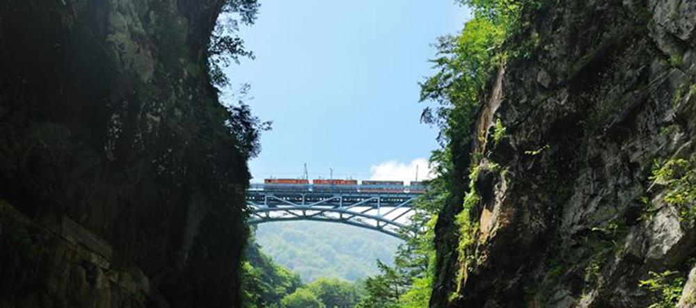 黒部峡谷鉄道のトロッコ電車が走る「新山彦橋」とかつての鉄道峡「旧山彦橋」